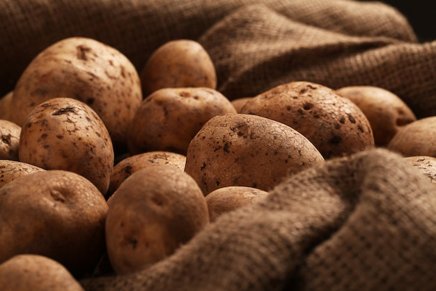 책상에 소박한 Unpeeled 감자 무료 사진