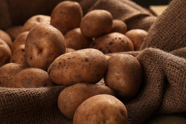 책상에 소박한 unpeeled 감자