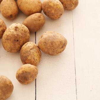 테이블에 소박한 unpeeled 감자