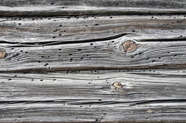Деревенский выветрившийся деревянный фон сарая с сучками и отверстиями для гвоздей