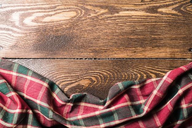 Деревянные деревянные доски с красной клетчатой скатертью