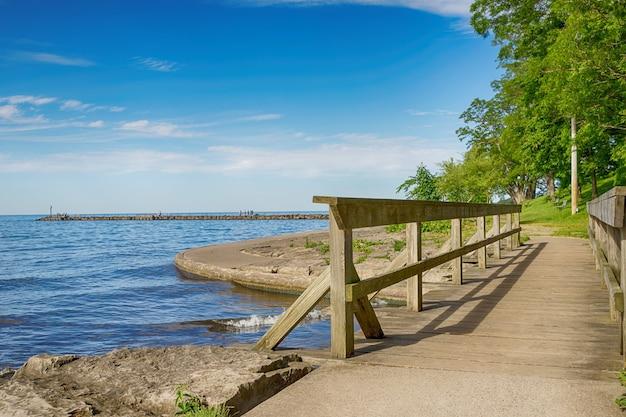 素朴な木製の橋とオンタリオ湖