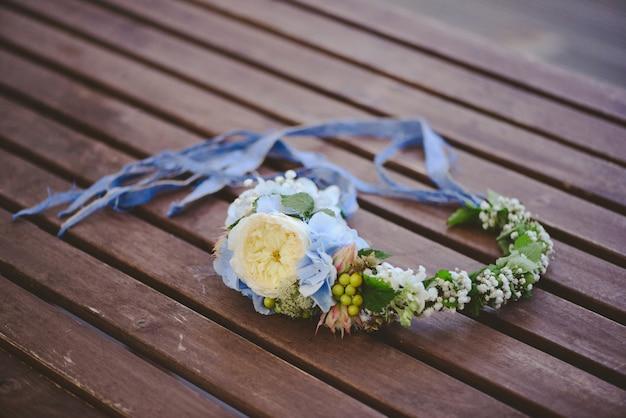 나무 벽에 여름 꽃과 소박한 화 환.
