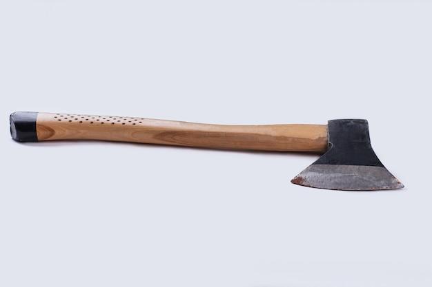 白い背景で隔離のさびた斧