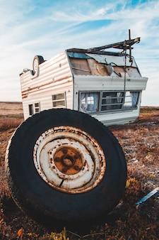 Ржавый трейлер кемпера на поле