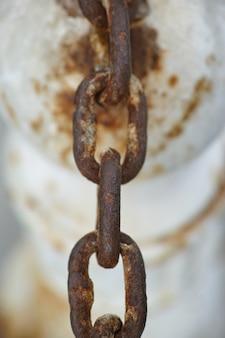 Ржавая цепь висит
