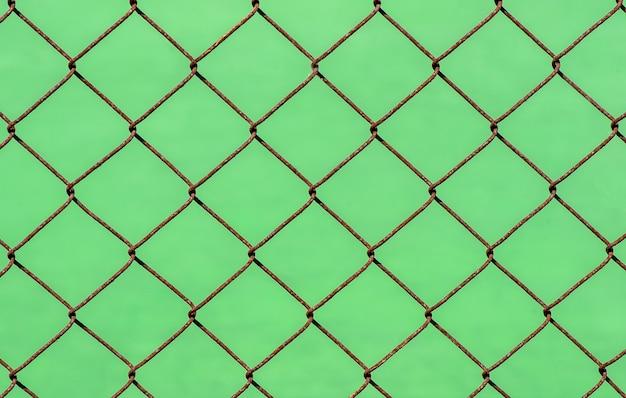 녹색 흐림 배경에 녹슨 체인 링크 울타리, 얕은 초점