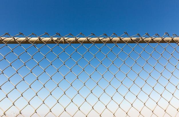 녹슨 울타리 rabitz에 하늘.
