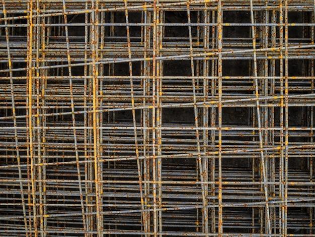 Ржавая сетка для армирования бетона. сетчатая стяжка пола. армирование для железобетонной арматуры на полу