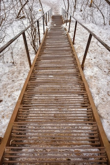 さびた金属製の階段が下り、さびた鉄の階段と手すり