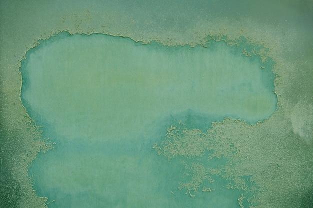 Ржавая металлическая поверхность с отслаиванием зеленой краски