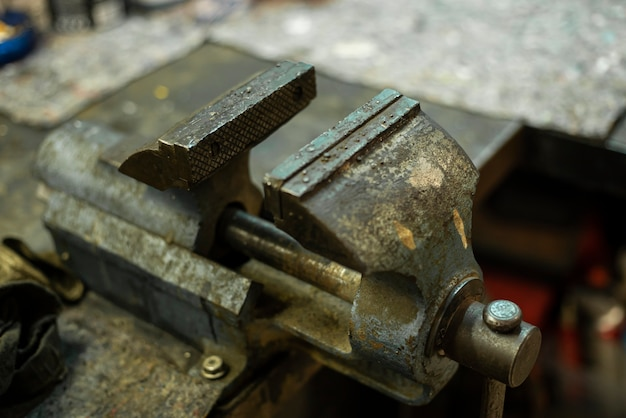 機械工場のベンチのさびた金属バイス