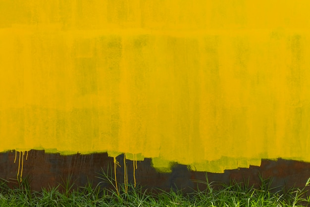 녹슨 금속 벽 배경과 노란색 오래 된 페인트