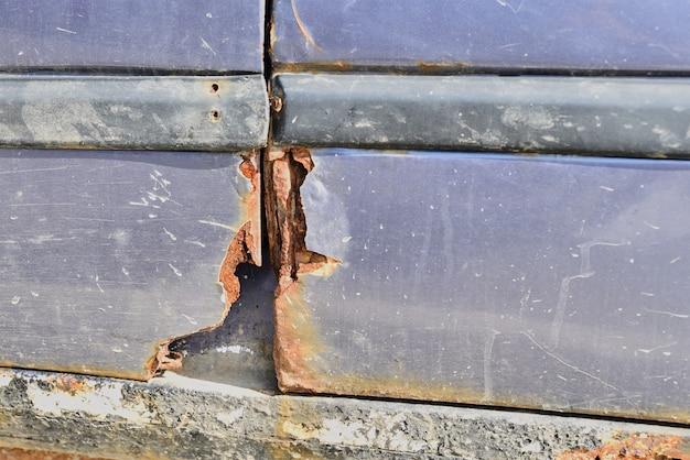 腐食により損傷したさびた古い車