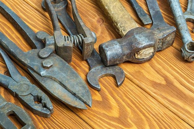 빈티지 나무 배경 작업 후 쌓인 녹슨 오래된 도구