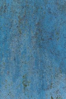 壁の背景にさびた塗装金属面。素朴な青いグランジ素材のパターン。