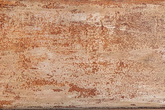 灰色のペンキに古い傷があるさびたぼろぼろの金属の背景。