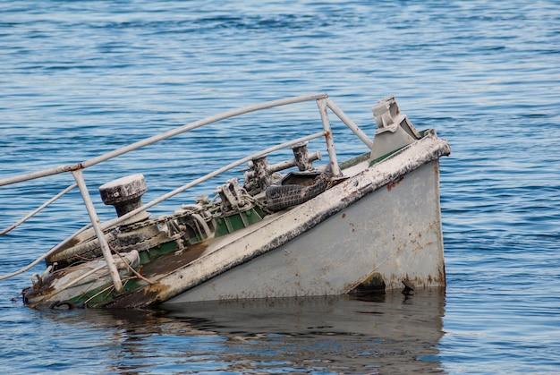 푸른 강에서 녹슨 배 잔해