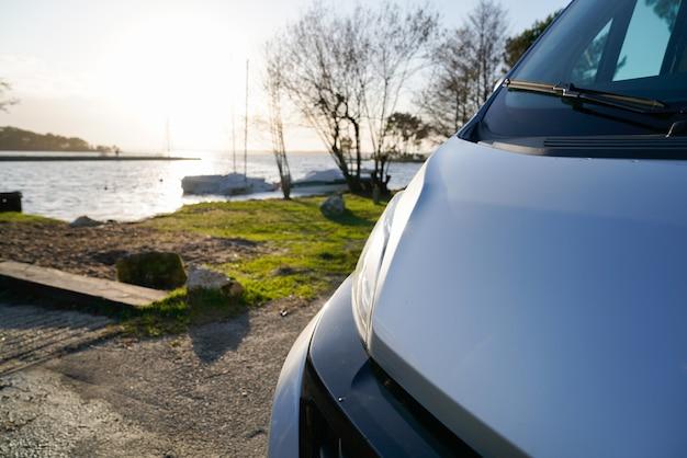 湖のそばのrvキャンピングカー