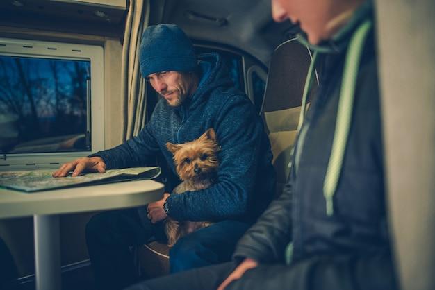 犬のrv旅行のカップル