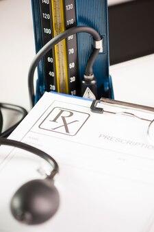의사 책상에 청진기가 쉬고 있는 rx 공백