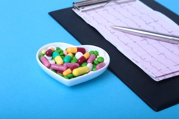 Rx処方処方カラフルな品揃えの丸薬とカプセルプレート。