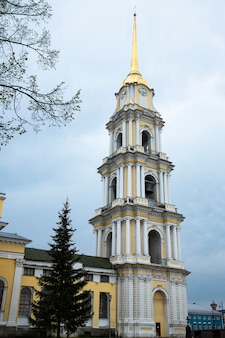 러시아 리빈스크 - 2020년 8월 10일: 변형 대성당. 볼가 강 제방에 있는 spaso-preobrazhensky 대성당