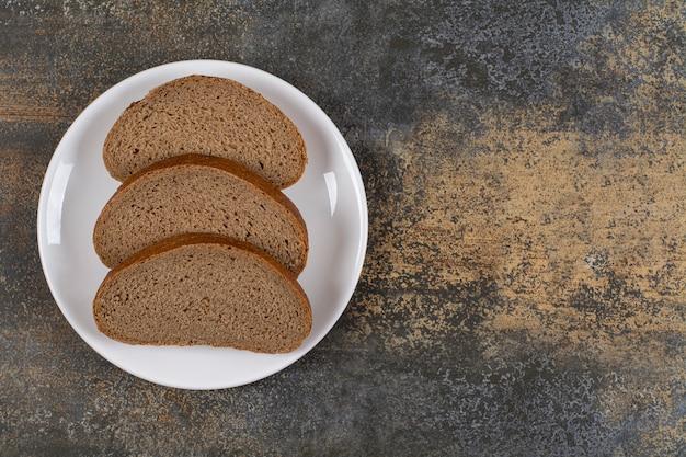 白い皿にライ麦パンのスライス