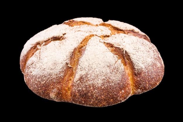 ライ麦パン。黒で隔離された焼きたての自家製パン。健康的な食事と伝統的なパン屋、パンのコンセプトを焼く。