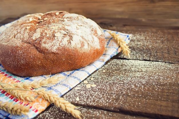 Ржаной хлеб на деревянном фоне, место для текста