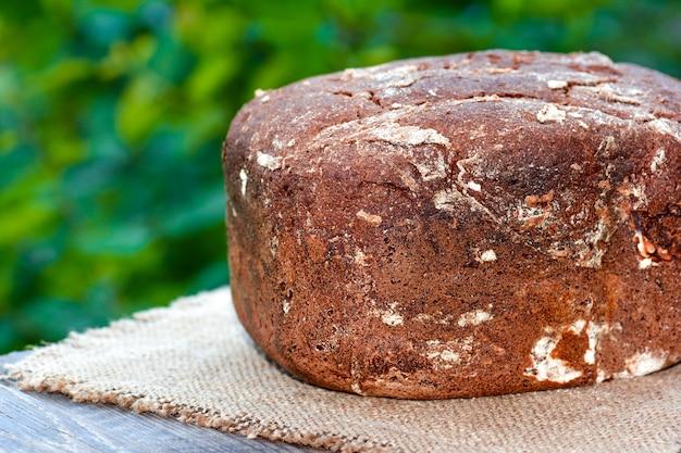 나무 테이블에 호밀 빵
