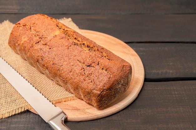 복사 공간이 있는 어두운 나무 테이블에 있는 호밀 빵