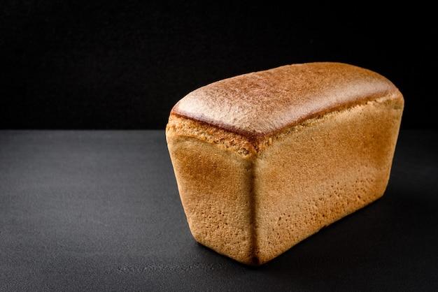 テーブルの上のライ麦パン