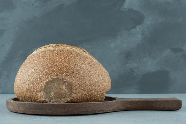 Ржаной булочка на деревянной доске