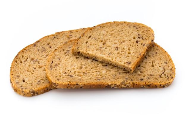 Ломтик ржаного хлеба, изолированные на белой поверхности.