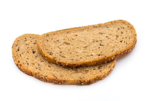 Ломтик ржаного хлеба, изолированные на белом.