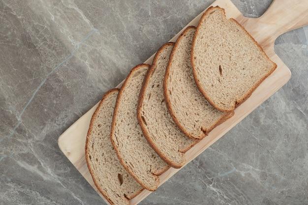 木の板にライ麦パンのスライス。高品質の写真