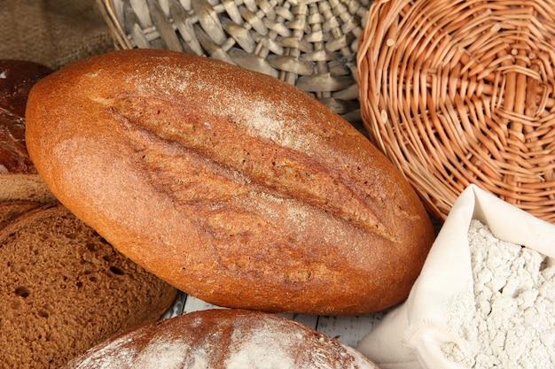 籐のテーブルに小麦粉とライ麦パン
