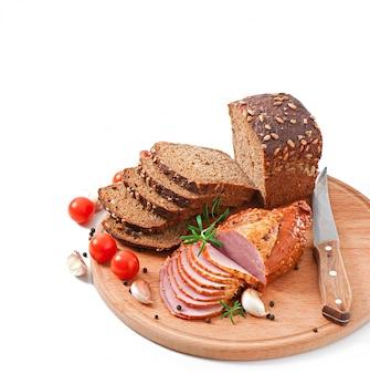 Ржаной хлеб с ветчиной и помидорами черри