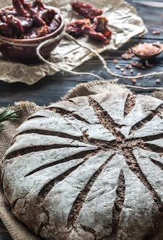 Rye bread with sun-dried tomatoes
