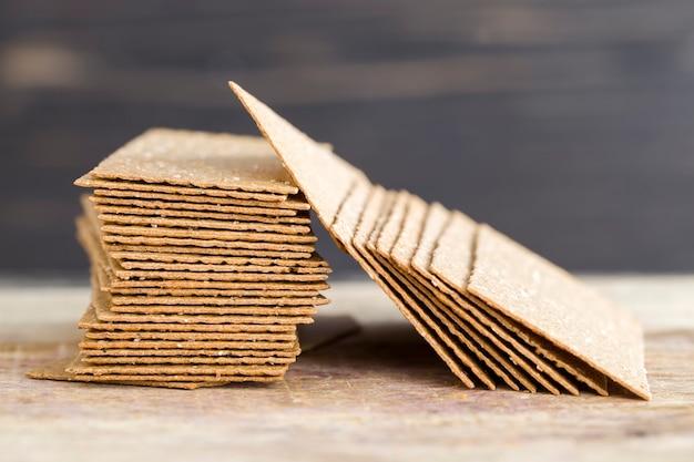 호밀 크래커는 얇고 구워졌습니다.