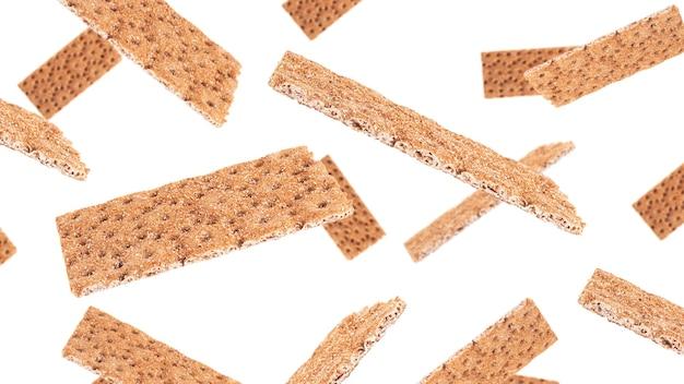 白い背景で隔離のライ麦クリスプブレッド。高品質の写真