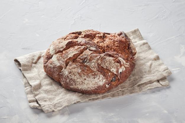 Хлеб из ржаной муки, бетонный фон