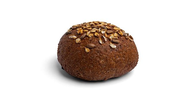 白い背景にシリアルとライ麦粉パン。高品質の写真