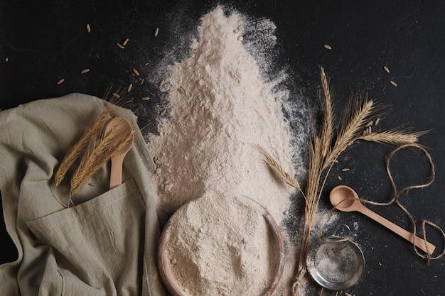 Ржаная мука, сито и уши. подготовка к выпеканию хлеба.