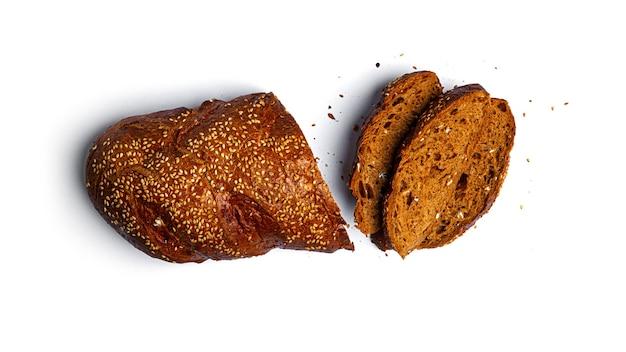 호밀 가루는 흰색 배경에 곡물과 덩어리를 슬라이스. 고품질 사진