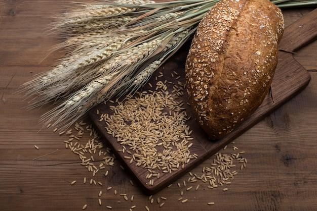 テーブルにライ麦スライスされたパン