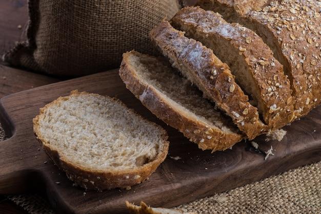 Ржаной нарезанный хлеб на столе Бесплатные Фотографии