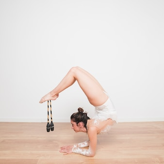 Rythmic gymnast posing with the juggling clubs