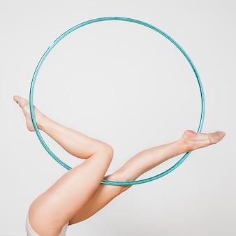 Ритмичная гимнастка позирует с обручем